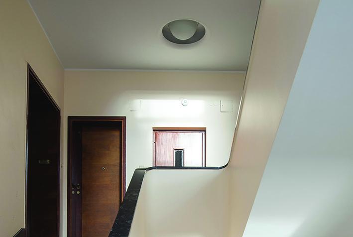 3.Współczesna oprawa oświetleniowa umieszczona w pierwotnej specjalnej niszy sufitu na klatce schodowej budynku przy ul. 3 Maja 27-31