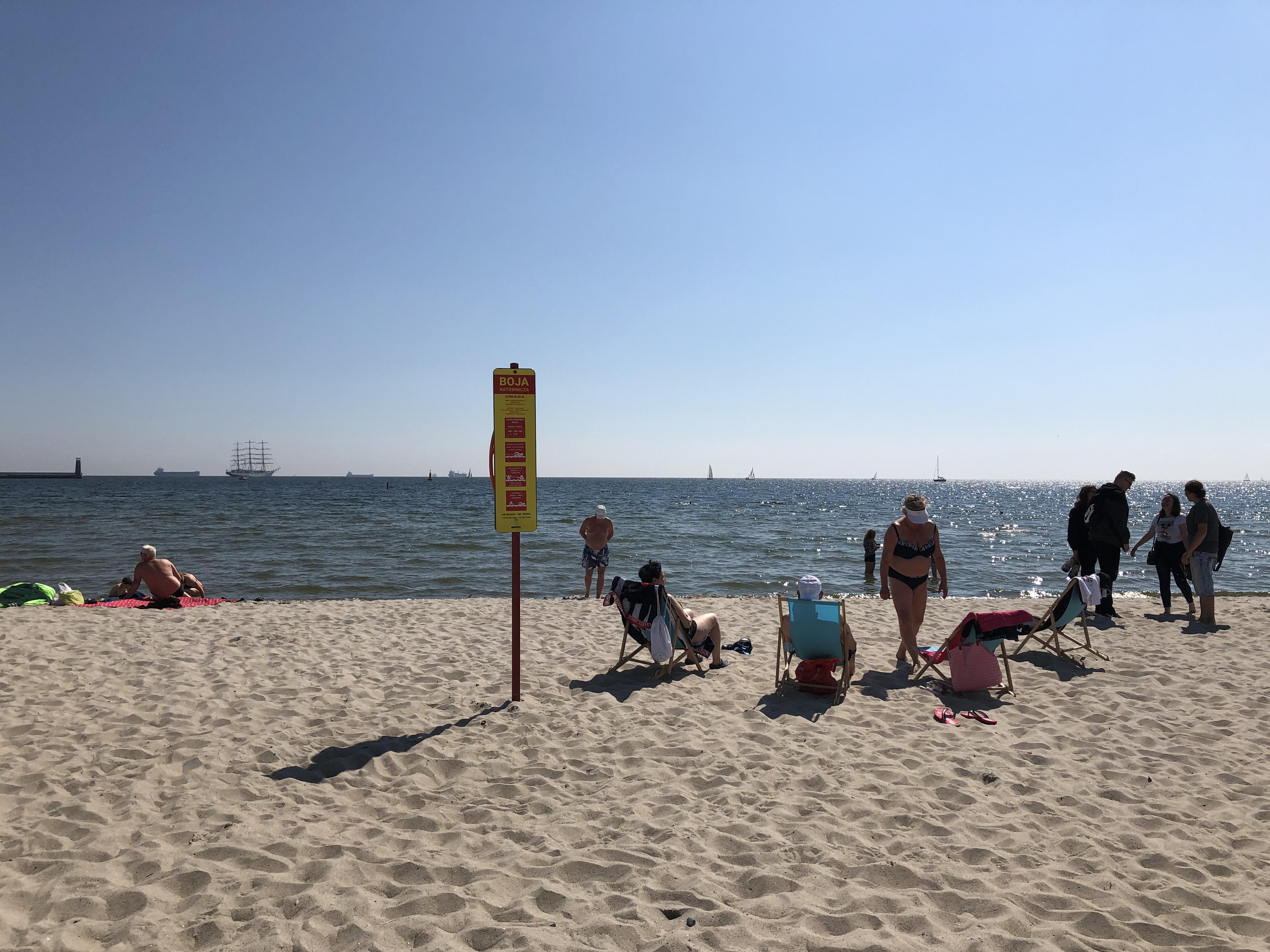 Znaki informacyjne z boją na plaży Gdynia Śródmieście, fot. Magda Śliżewska