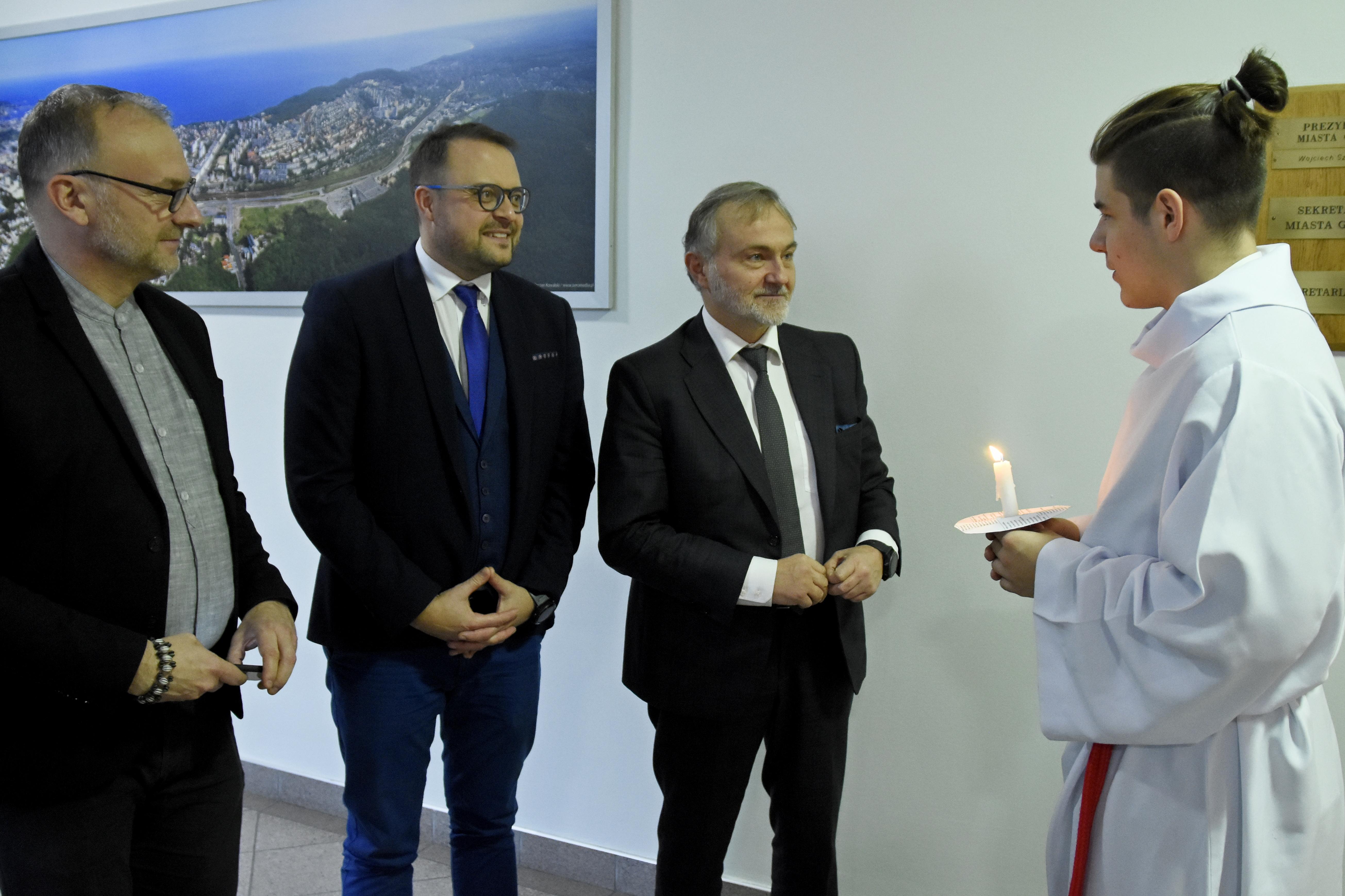Od lewej: Michał Guć, wiceprezydent Gdyni ds. innowacji, Marek Łucyk, wiceprezydent Gdyni ds. rozwoju, Wojciech Szczurek, prezydent Gdyni i członek orszaku św. Łucji, fot. Jan Ziarnicki.