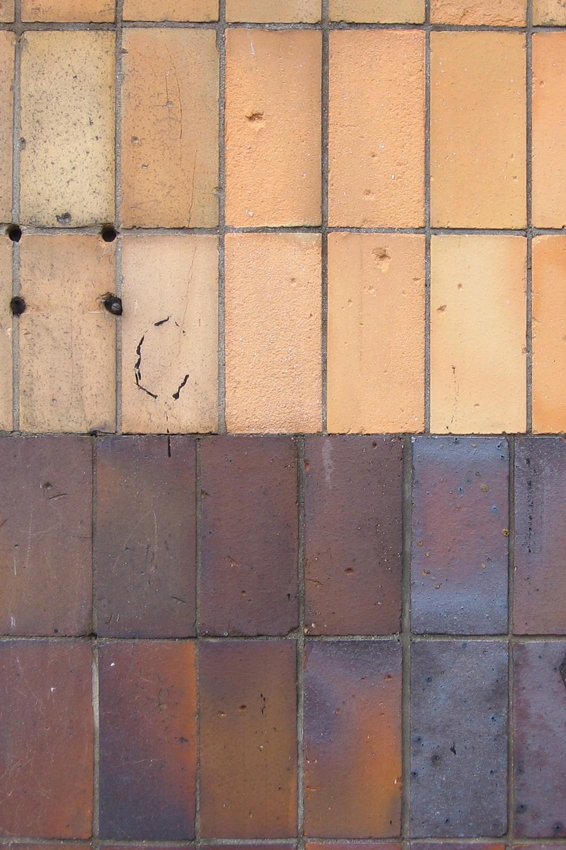 Zestawienie płytek żółtych i brązowych na elewacji jednej z willi