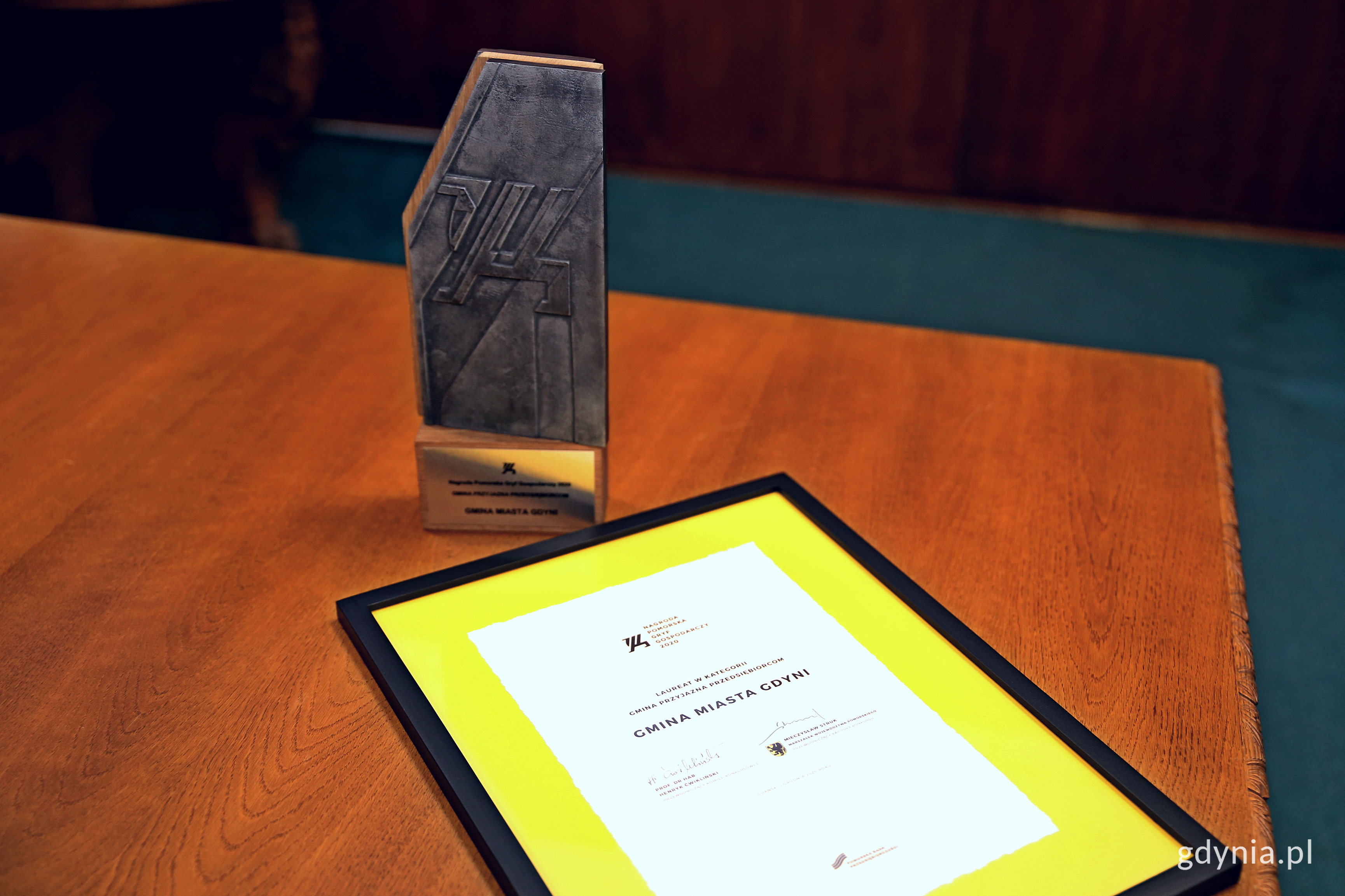 """Statuetka """"Gryf Gospodarczy 2020"""" i dyplom dla Gdyni w kategorii: Gmina Przyjazna Przedsiębiorcom. Fot. Przemysław Kozłowski"""