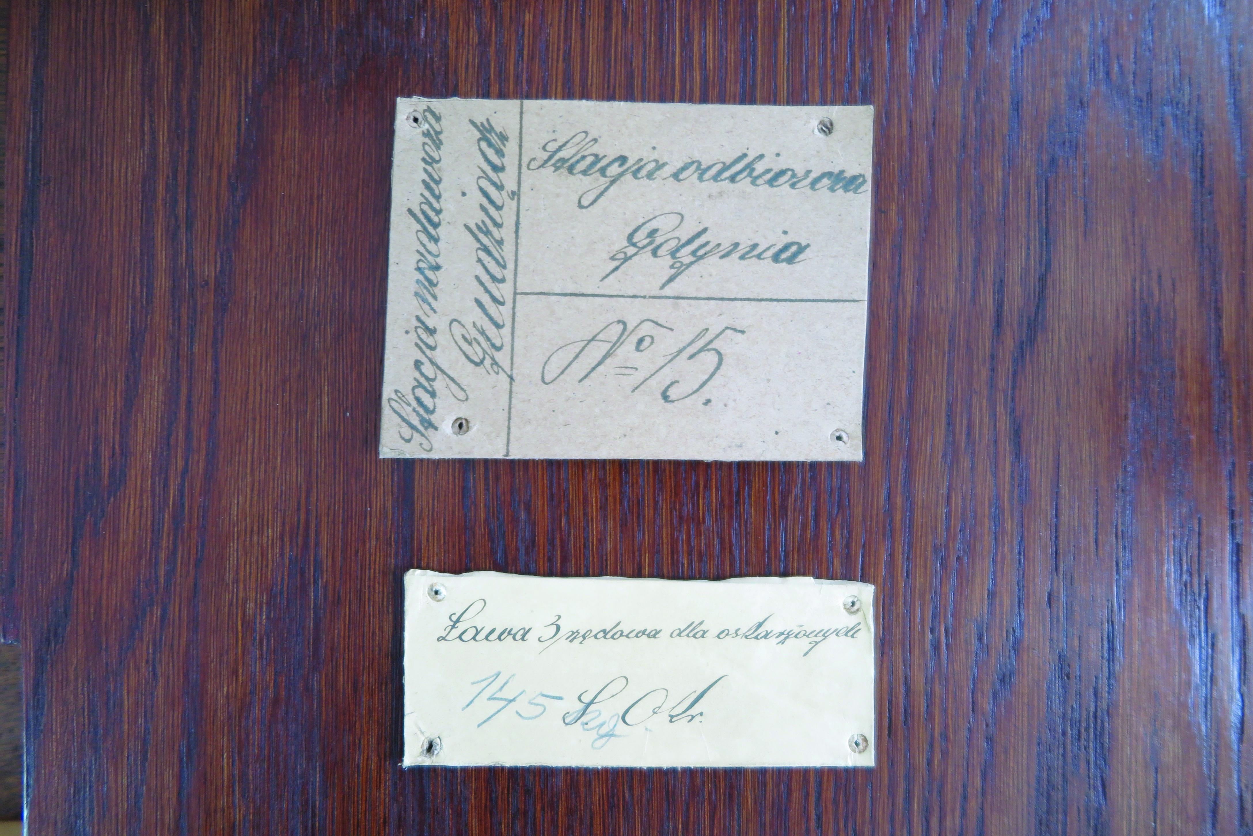 Opisy na meblach z lat 30. XX w. odkryte w czasie konserwacji