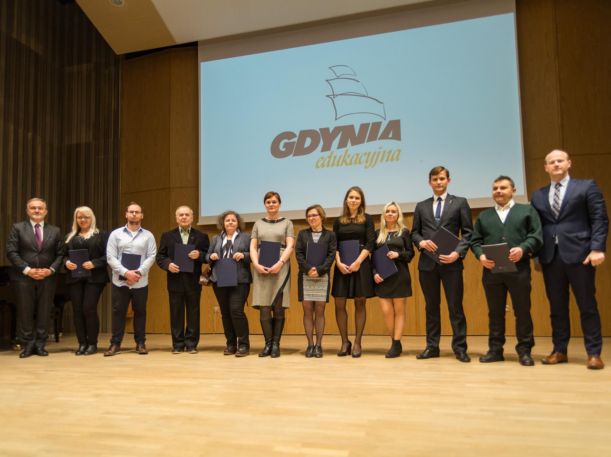 Stypendyści ze szkół wyższych i członkowie rodzin odbierający wyróżnienia w ich imieniu, fot. Anna Bobrowska