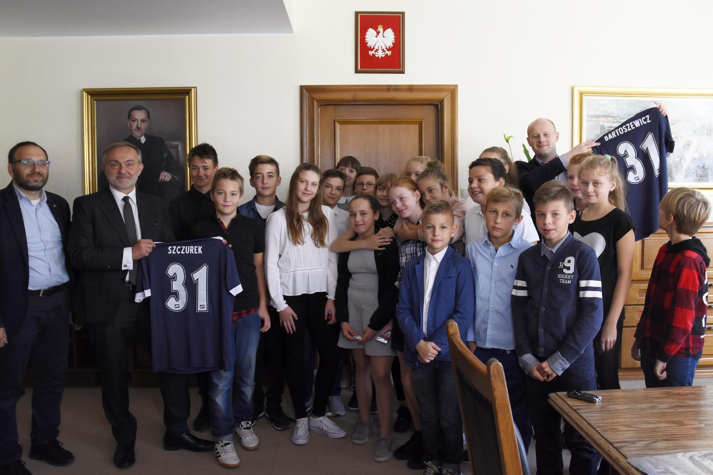 Od lewej: Andrzej Bień, wiceprzewodniczący Rady Miasta, Wojciech Szczurek, prezydent Gdyni, uczniowie SP nr 31 oraz Bartosz Bartoszewicz, wiceprezydent Gdyni ds. jakości życia, fot. Jan Ziarnicki