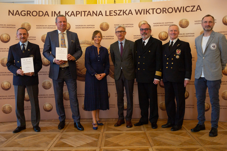 Uroczystość przyznania nagród odbyła się w Warszawie. Wzięli w niej udział członkowie kapituły oraz sami laureaci – kpt. Mariusz Koper oraz kpt. Cezary Bartosiewicz, fot. http://leszekwiktorowicz.pl/