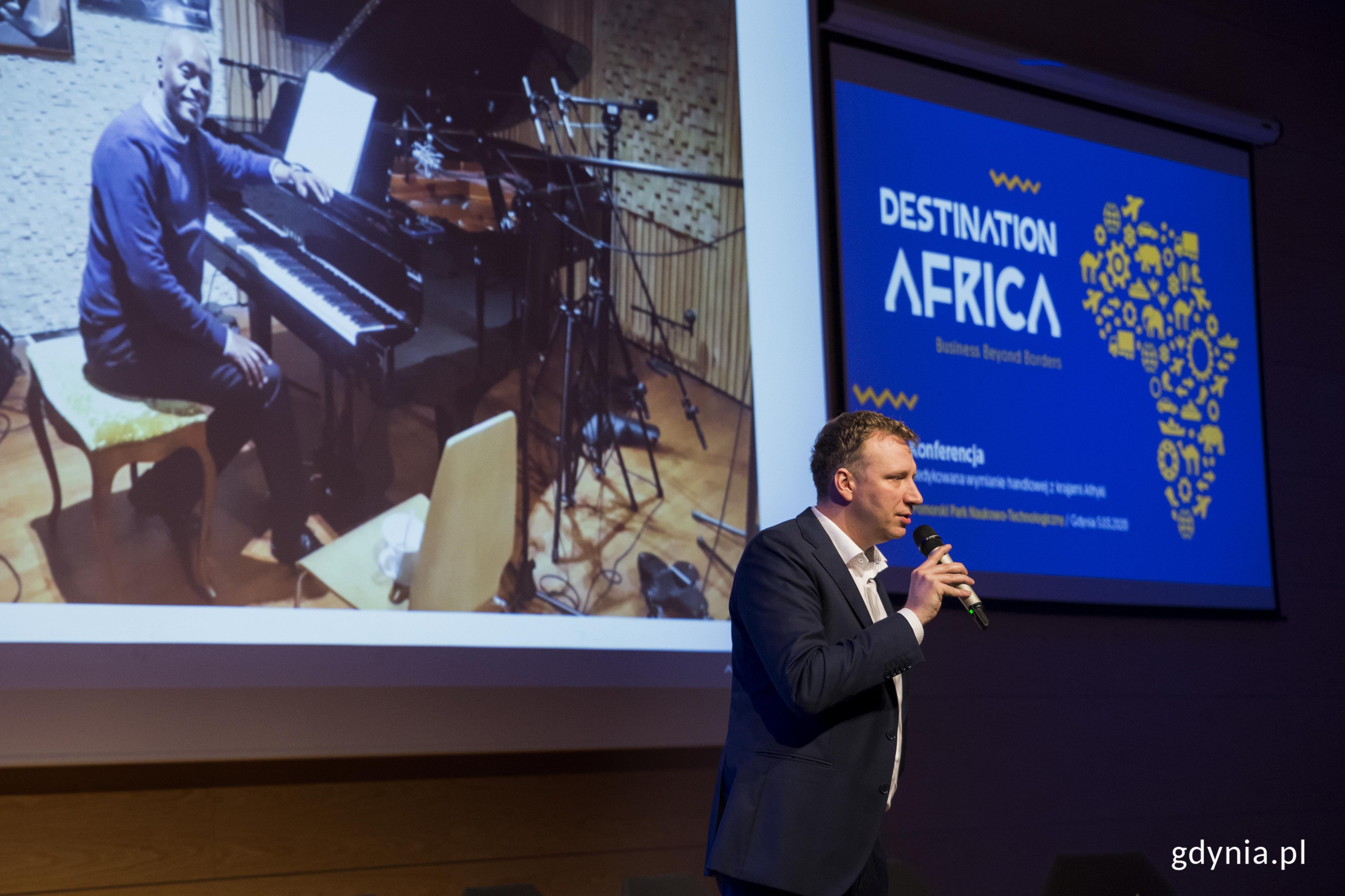 Bartosz Rapp, CEO The Piano House Group. na ekranie etiopski pianista Girma Yifrashewa. fot. Przemysław Kozłowski