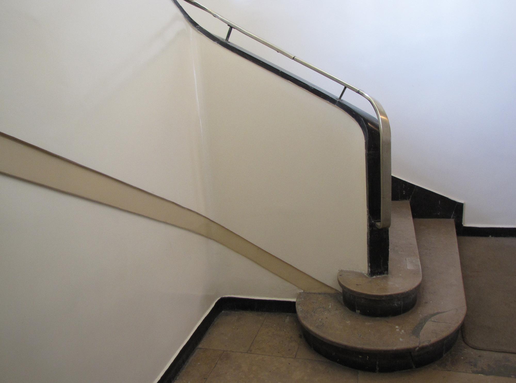 Początek schodów w kamienicy przy ul. Świętojańskiej 44