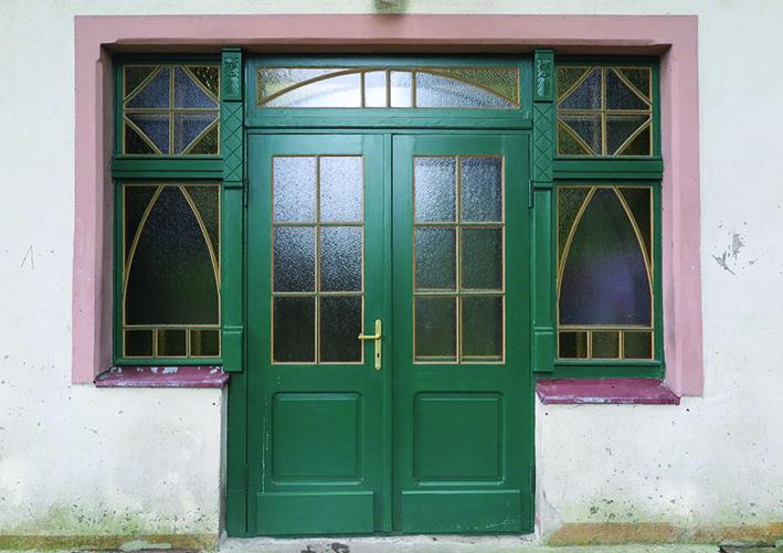 Drzwi do dworu Nowe Obłuże przy ul. Rybaków z początku XX w. ze zrekonstruowanym układem podziałów i odtworzeniem oryginalnego zielonego koloru.