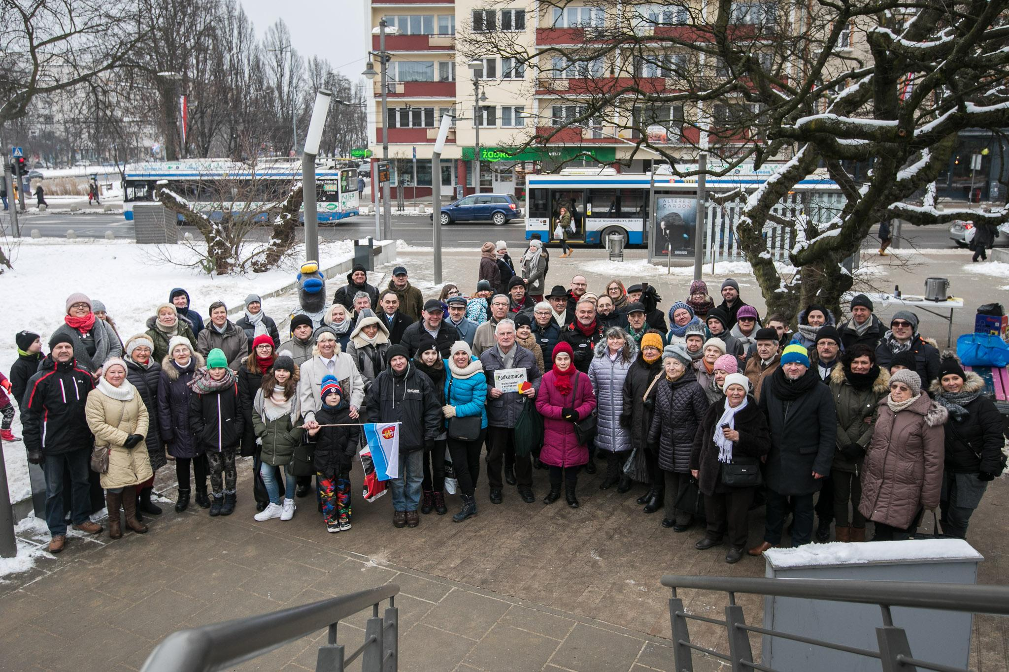 Zdjęcie gdynian przy InfoBoxie // fot. Urodzinowy toast gorącą czekoladą // fot. Karol Stańczak