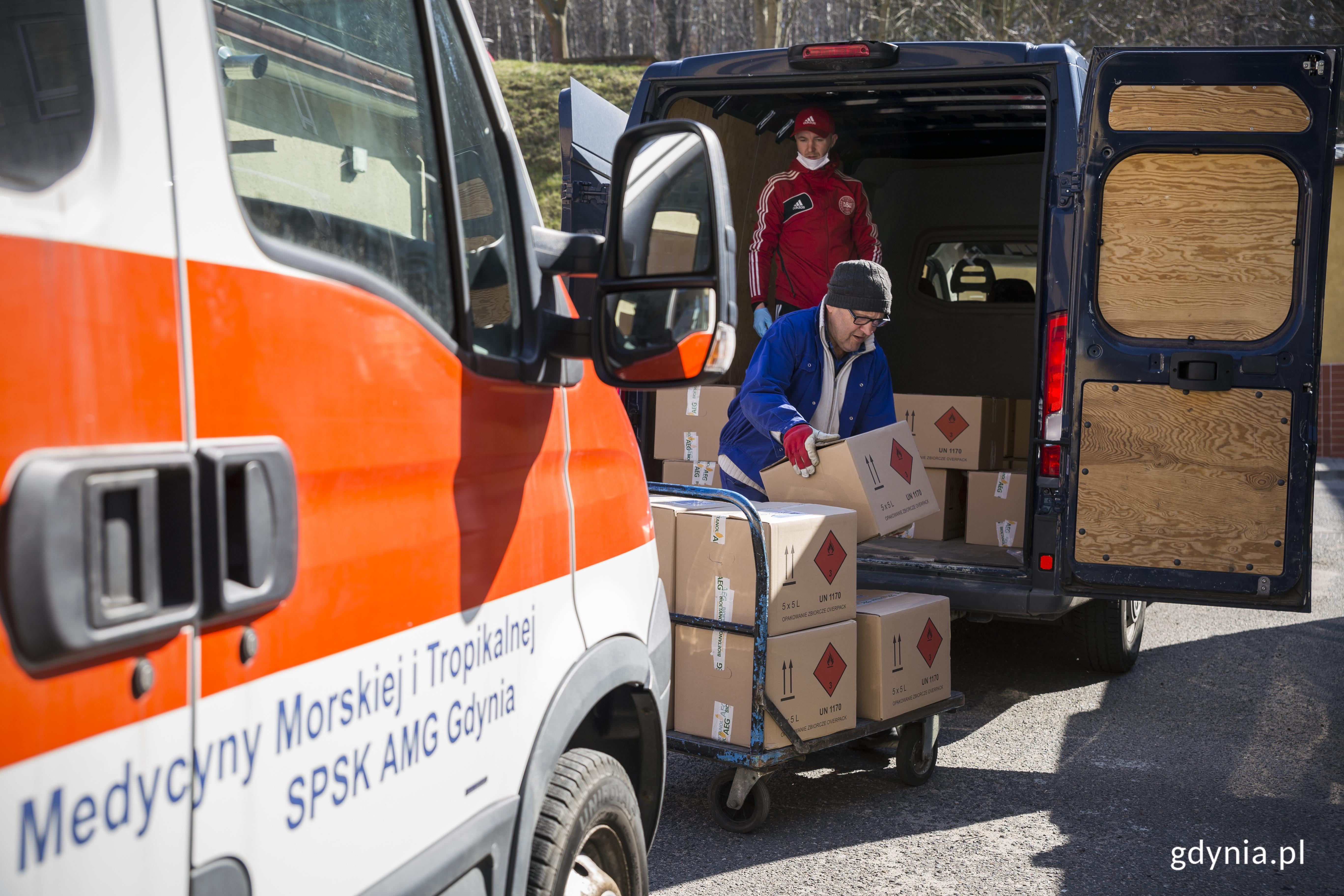 Transport płynu dezynfekującego od miasta dla szpitali w Gdyni, fot. Przemysław Kozłowski