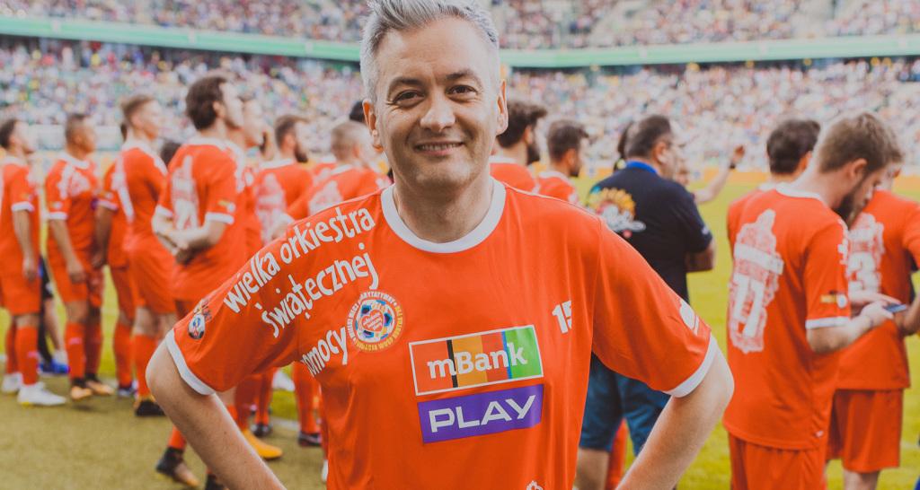 Były prezydent Słupska Robert Biedroń w tym roku przekazał koszulkę piłkarską reprezentacji WOŚP, fot. materiały prasowe.