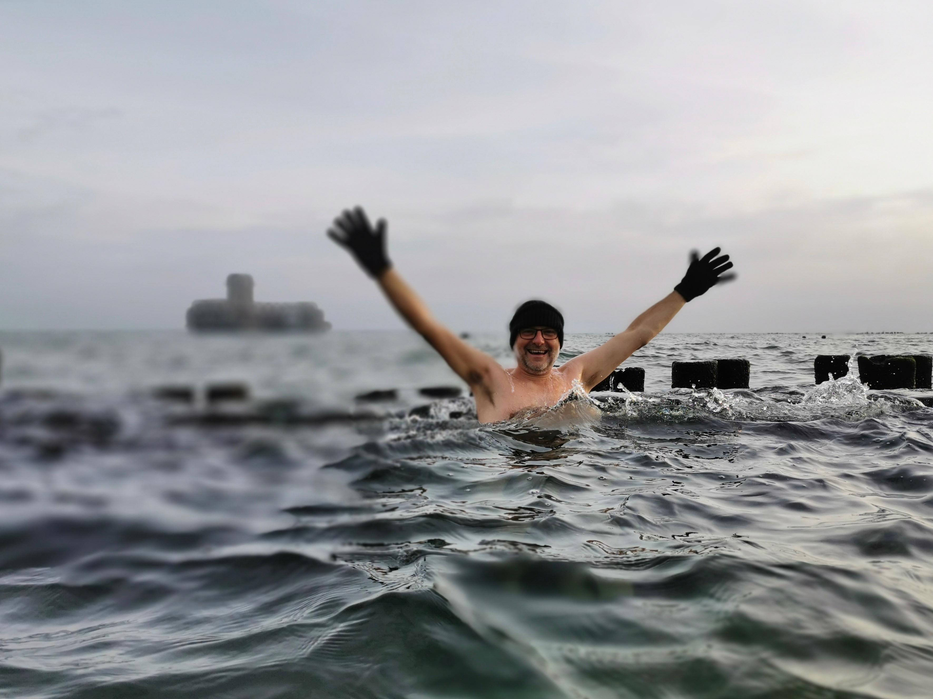 Wiceprezydent Gdyni Michał Guć morsuje przy plaży w Babich Dołach. W tle torpedownia // archiwum prywatne Michała Gucia