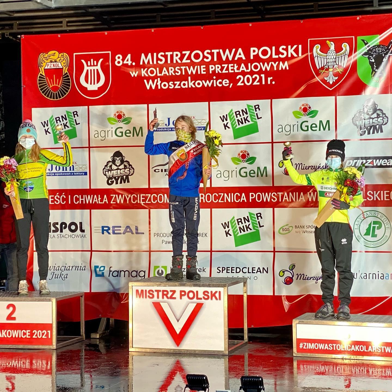 Tosia Kucharska na podium, źródło: www.facebook.com/BogdziewiczCoach