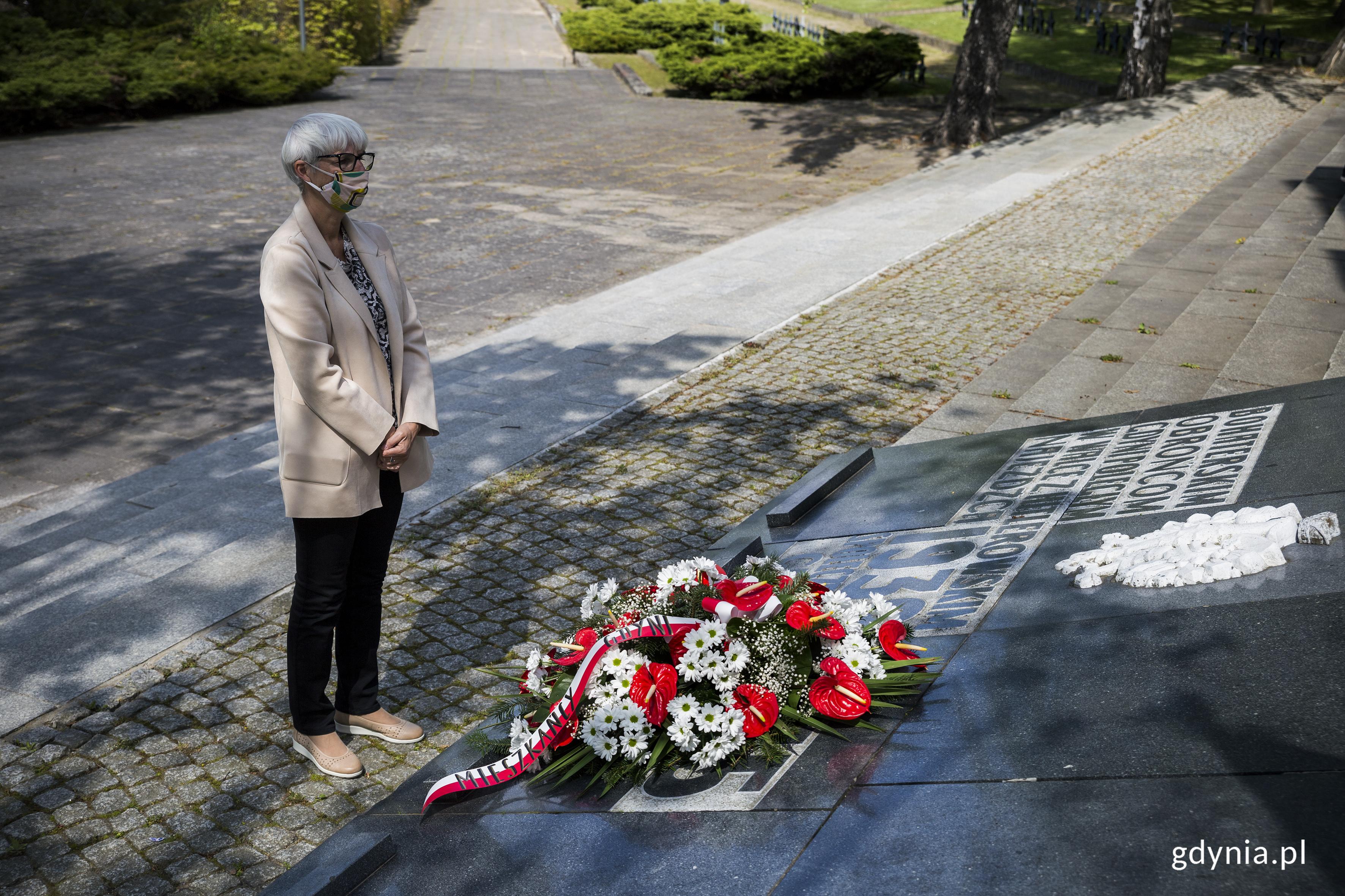 Przewodnicząca Rady Miasta Gdyni Joanna Zielińska złożyła wieniec na Cmentarzu im. Obrońców Wybrzeża/ fot. Przemysław Kozłowski