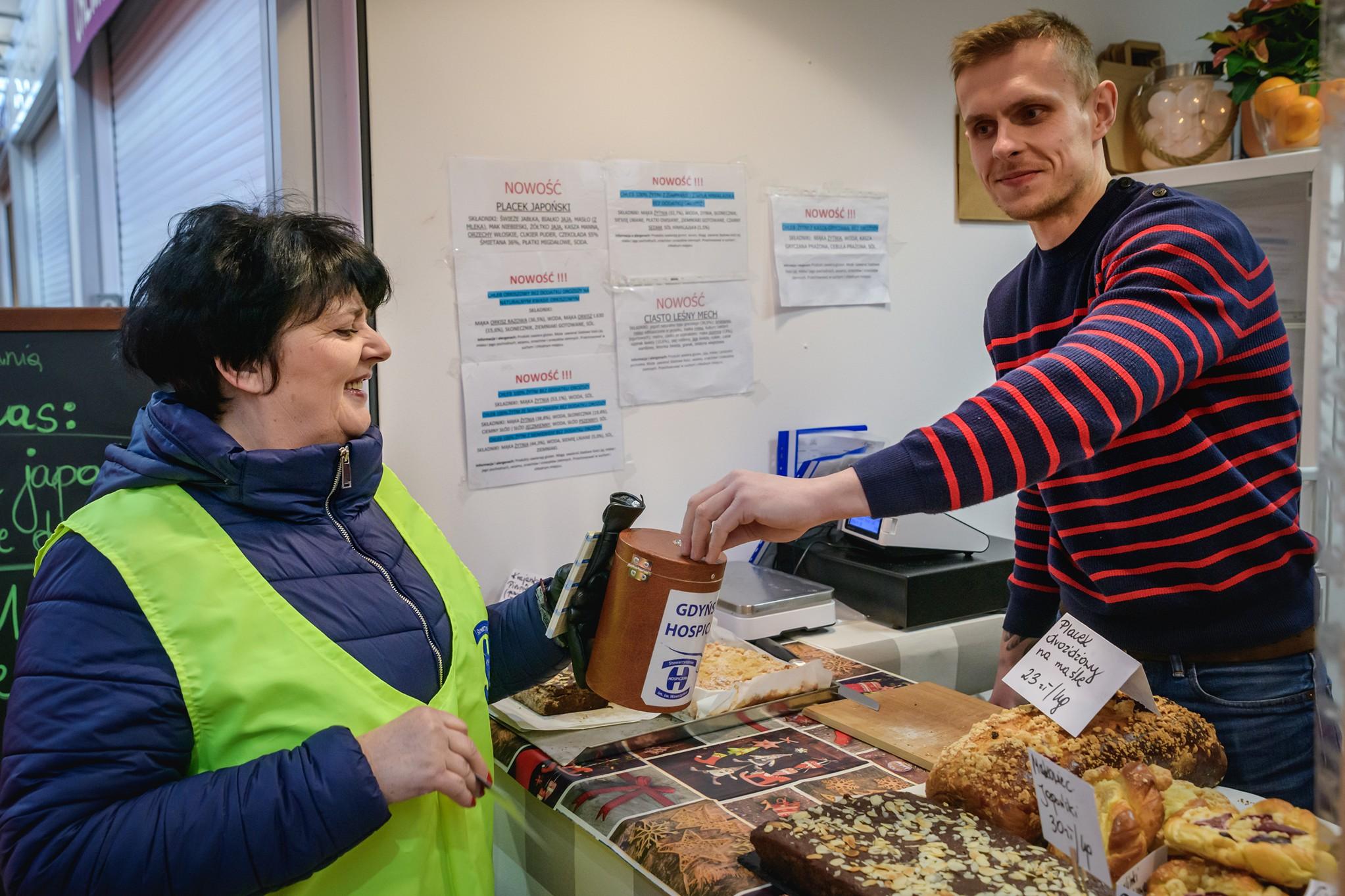 Kwesta na Hali Targowej w Gdyni, wolontariuszka Zofia Gregor przewodnicząca rady dzielnicy Grabówek