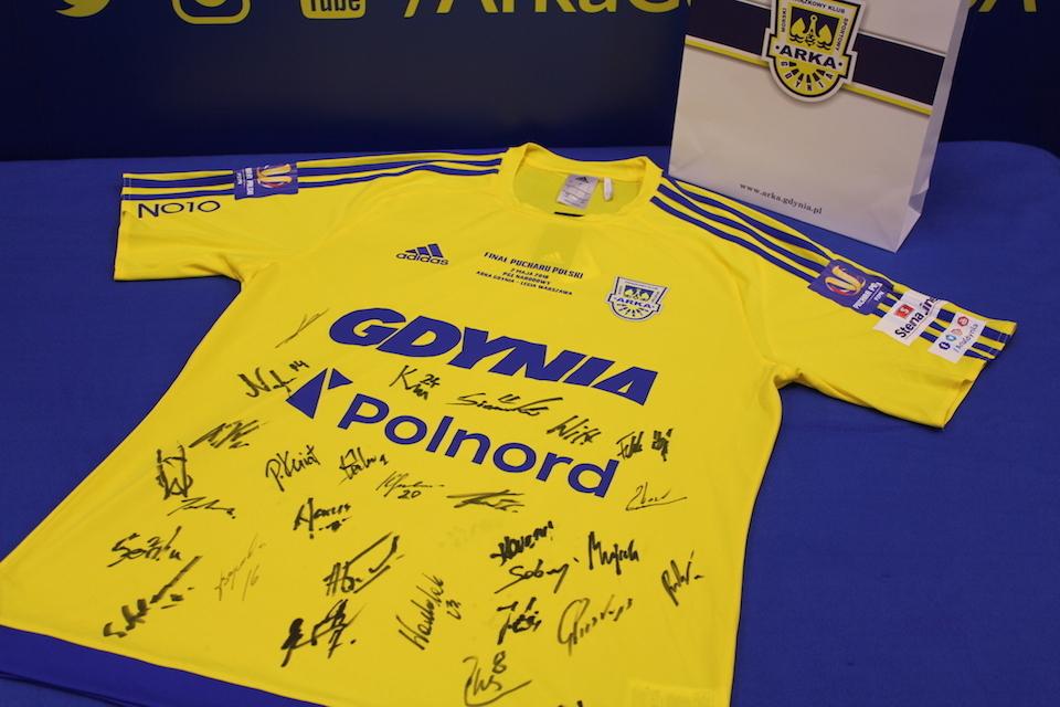 W tym roku licytowana jest koszulka meczowa Arki Gdynia, w której występowali zawodnicy podczas finału Pucharu Polski w 2018 r. fot. materiały prasowe