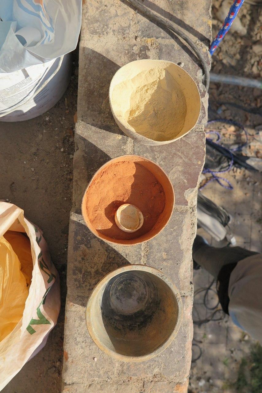 Dobieranie na budowie mieszanek do kitowania dostosowanych kolorami do zróżnicowanej barwy płytek.