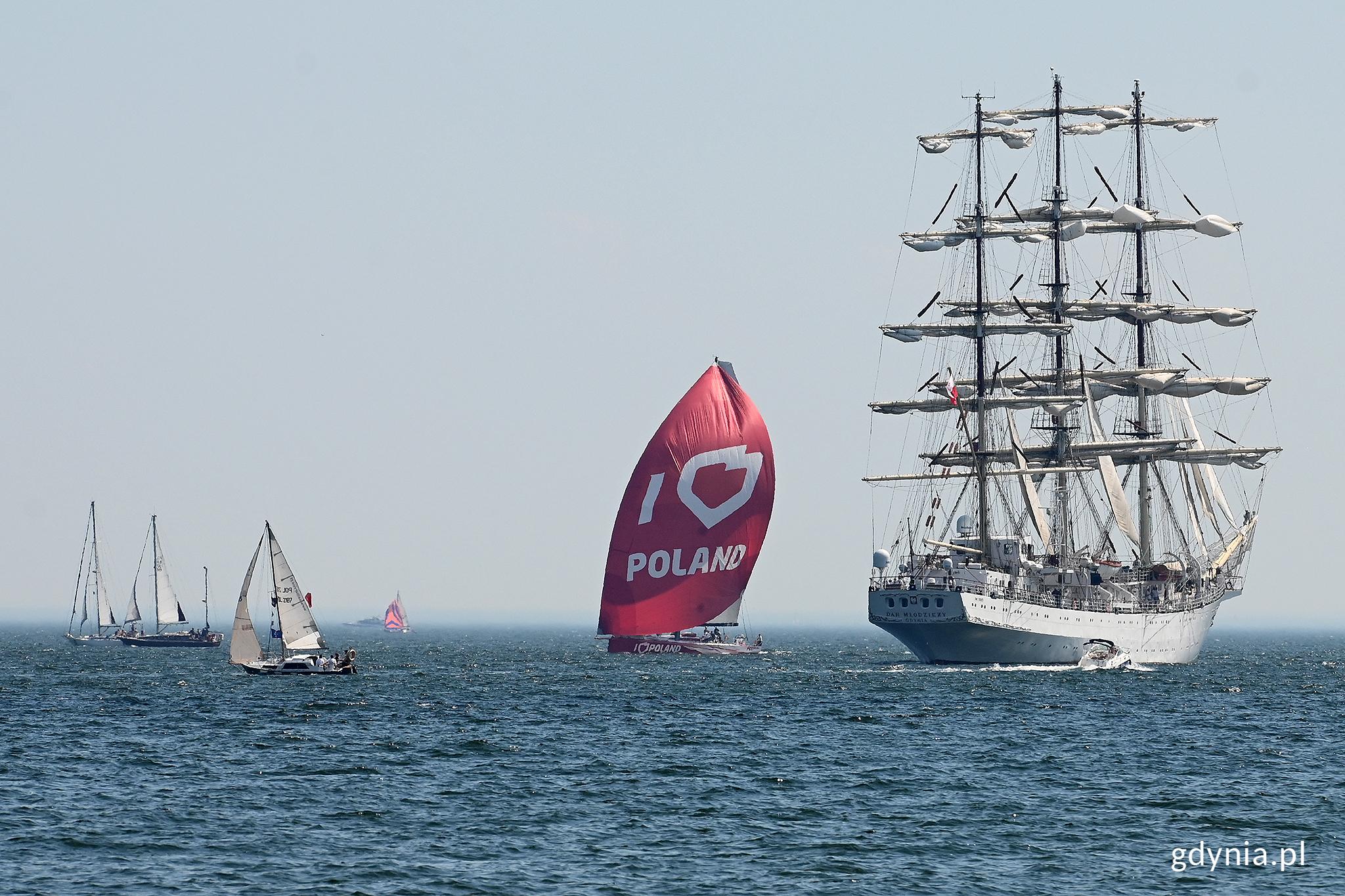 """""""Dar Młodzieży"""", jacht """"I love Poland"""" i inne jednostki uczestniczące w Żeglarskiej Paradzie Świętojańskiej // fot. Michał Puszczewicz"""