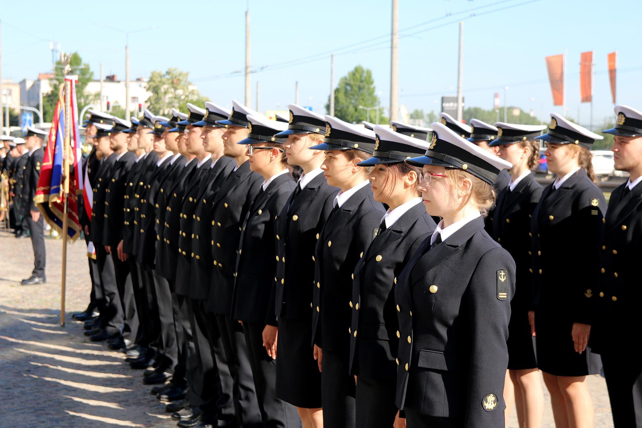 Uroczystość podniesienia bandery na Uniwersytecie Morskim w Gdyni. Na zdjęciu studenci. // mat. prasowe