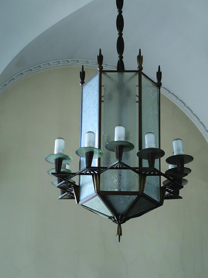 1.Lampa wisząca w stylu art deco z końca lat 20. XX w. w głównym holu budynku Banku Polskiego przy ul. 10 Lutego 20-22