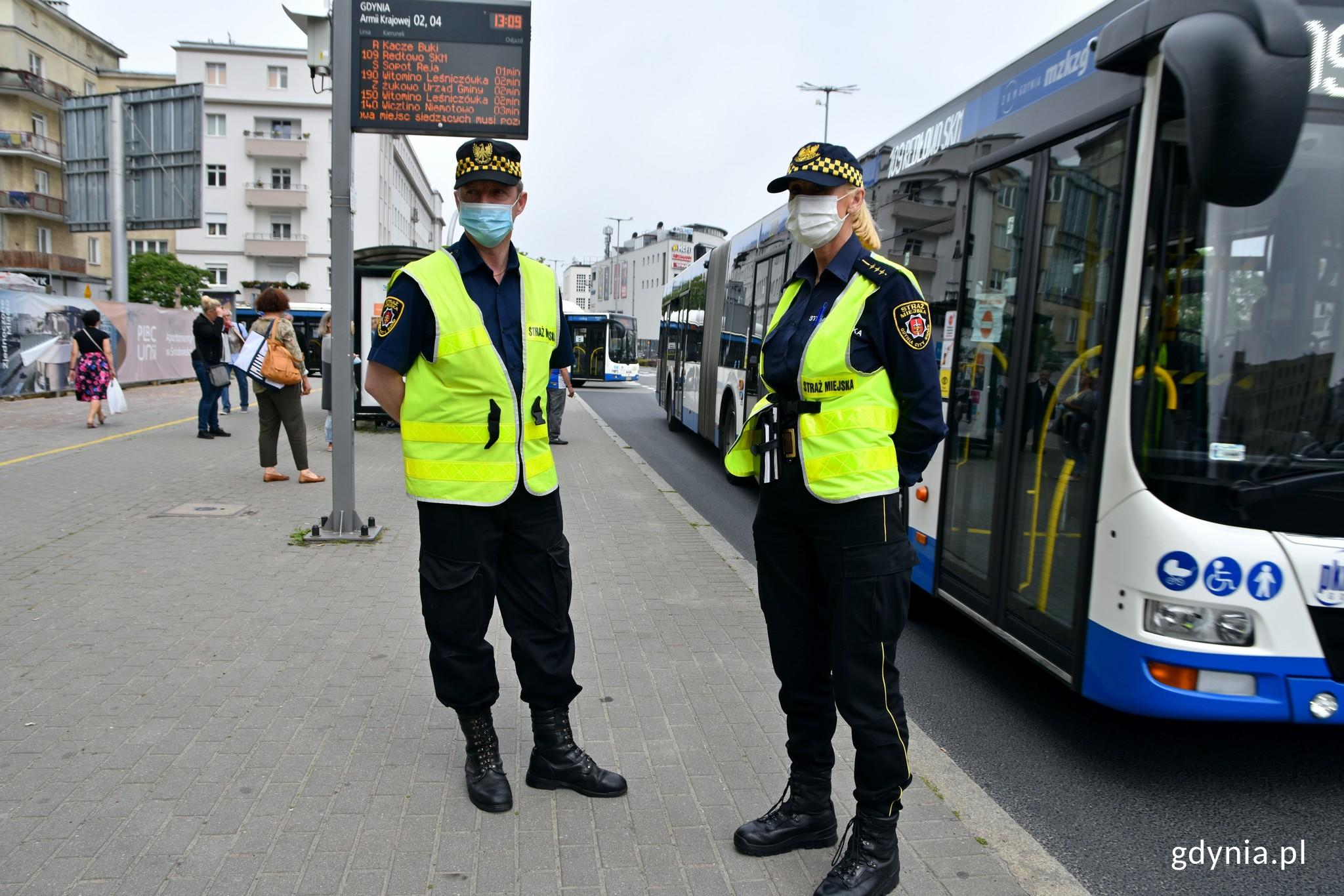 Straż Miejska sprawdzała, czy osoby podróżujące autobusami noszą maseczki, fot. Magdalena Czernek