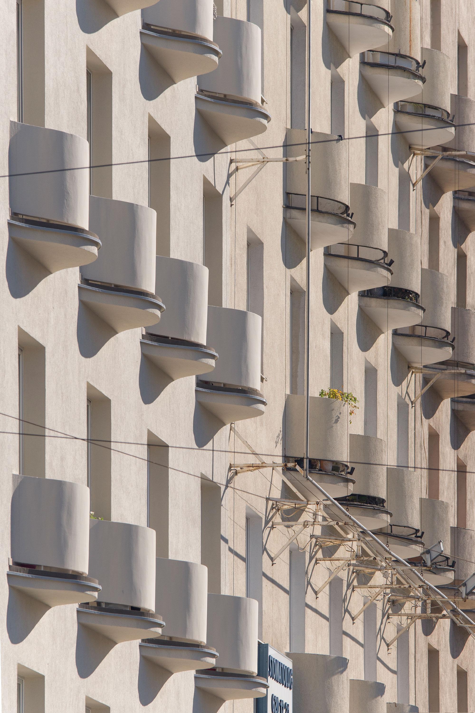 Budynek przy ul. Świętojańskiej 122, balkony rytmicznie kształtujące elewację.