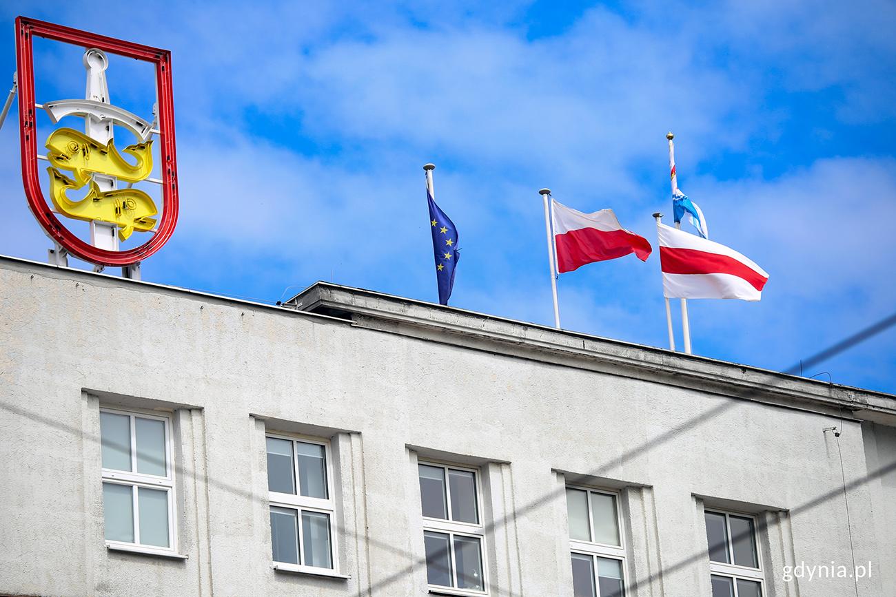 Flaga wolnej Białorusi na budynku Urzędu Miasta Gdyni. Fot. Przemysław Kozłowski