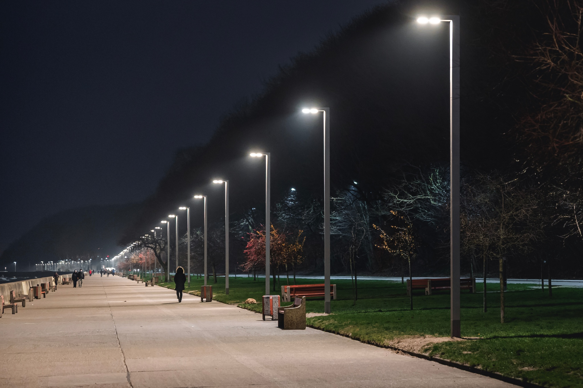 Nowe latarnie nawiązujące do stylu modernistycznego przy bulwarze Nadmorskim, fot. Dzielnice #wGdyni