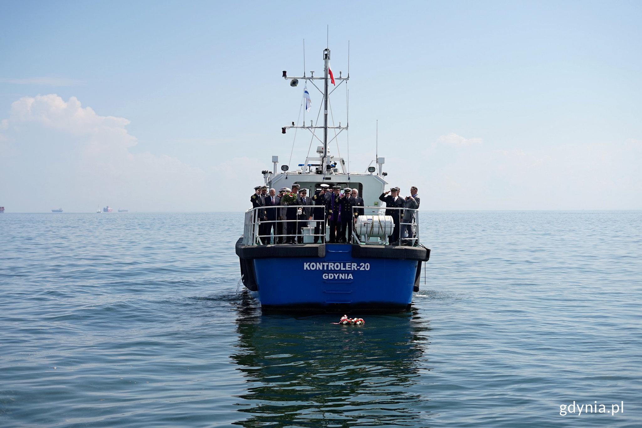 Delegacje złożyły wieńce na wodzie, fot. Kamil Złoch