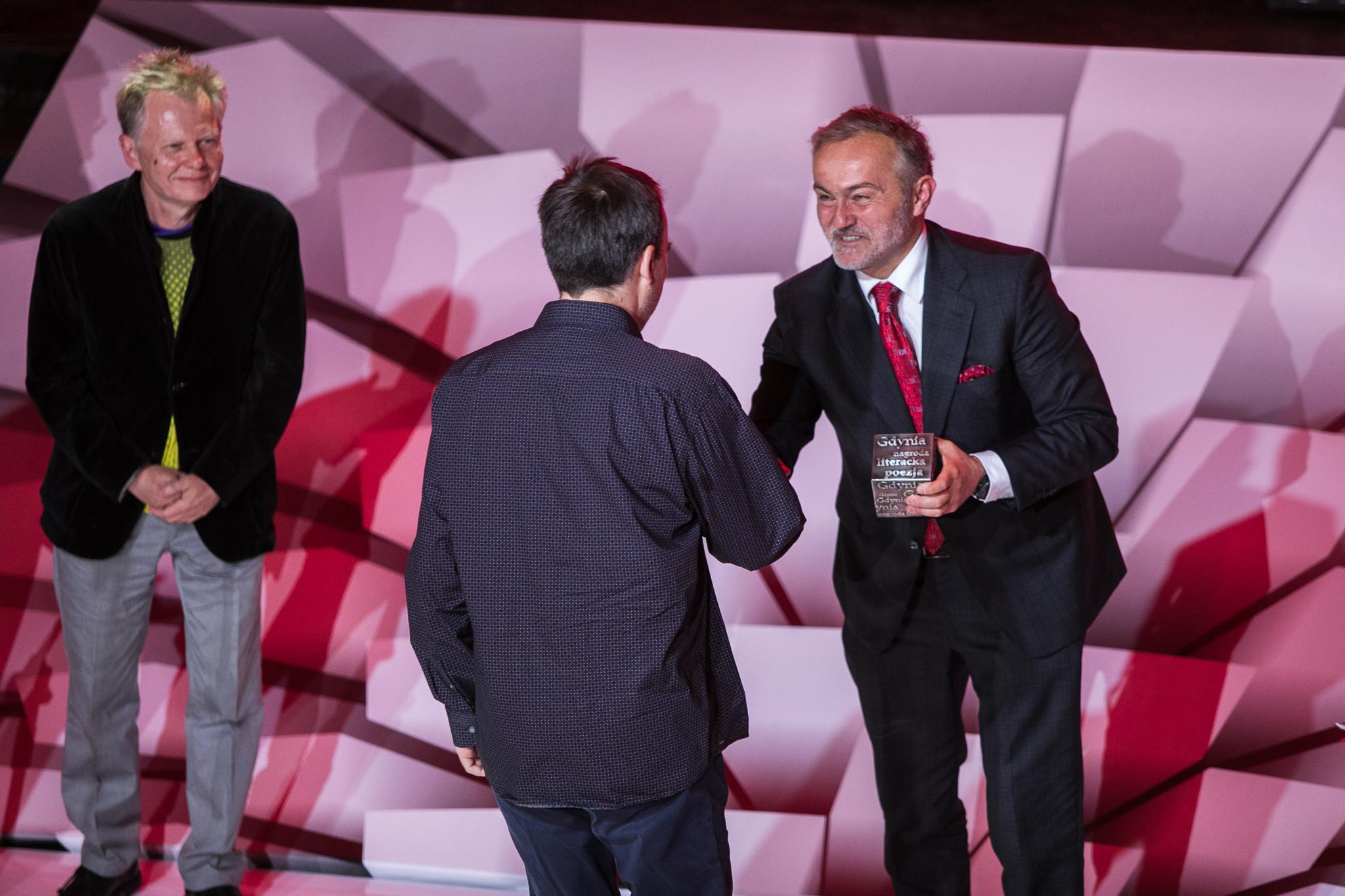 Dominik Bielicki odbiera nagrodę z rąk Wojciecha Szczurka, obok Aleksander Nawarecki/fot. Karol Stańczak