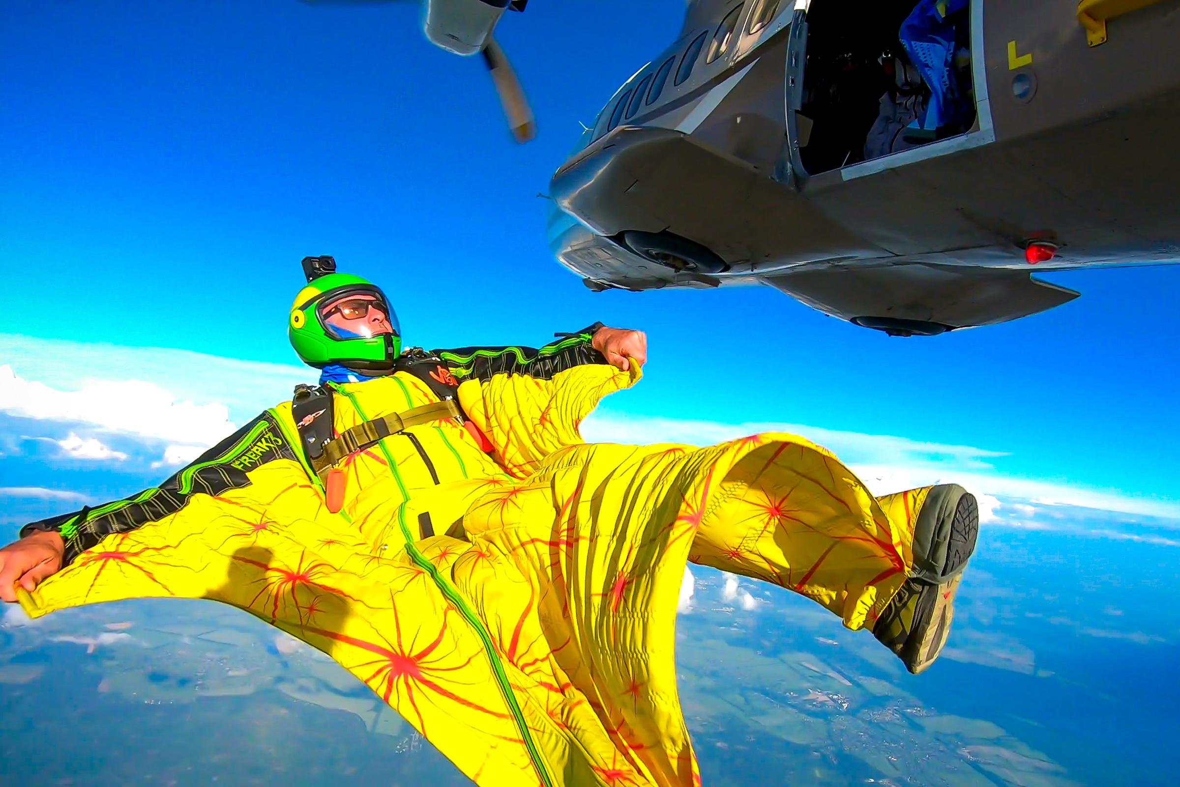 Skoczek w żółtym kombinezonie wingsuit. // fot. mat. prasowe