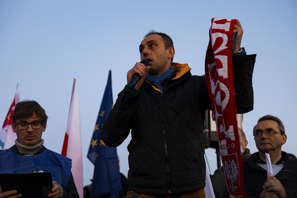 """Grzegorz Kuleta, jeden z organizatorów wiecu """"Gdynia zostaje w Unii Europejskiej"""". Fot. Przemysław Kozłowski"""