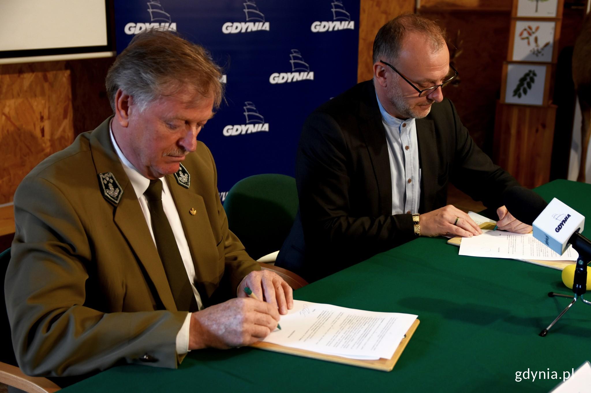 Porozumienie o współpracy podpisali: Janusz Mikoś, nadleśniczy Nadleśnictwa Gdańsk i Michał Guć, wiceprezydent Gdyni ds. innowacji, fot. Paweł Kukla.