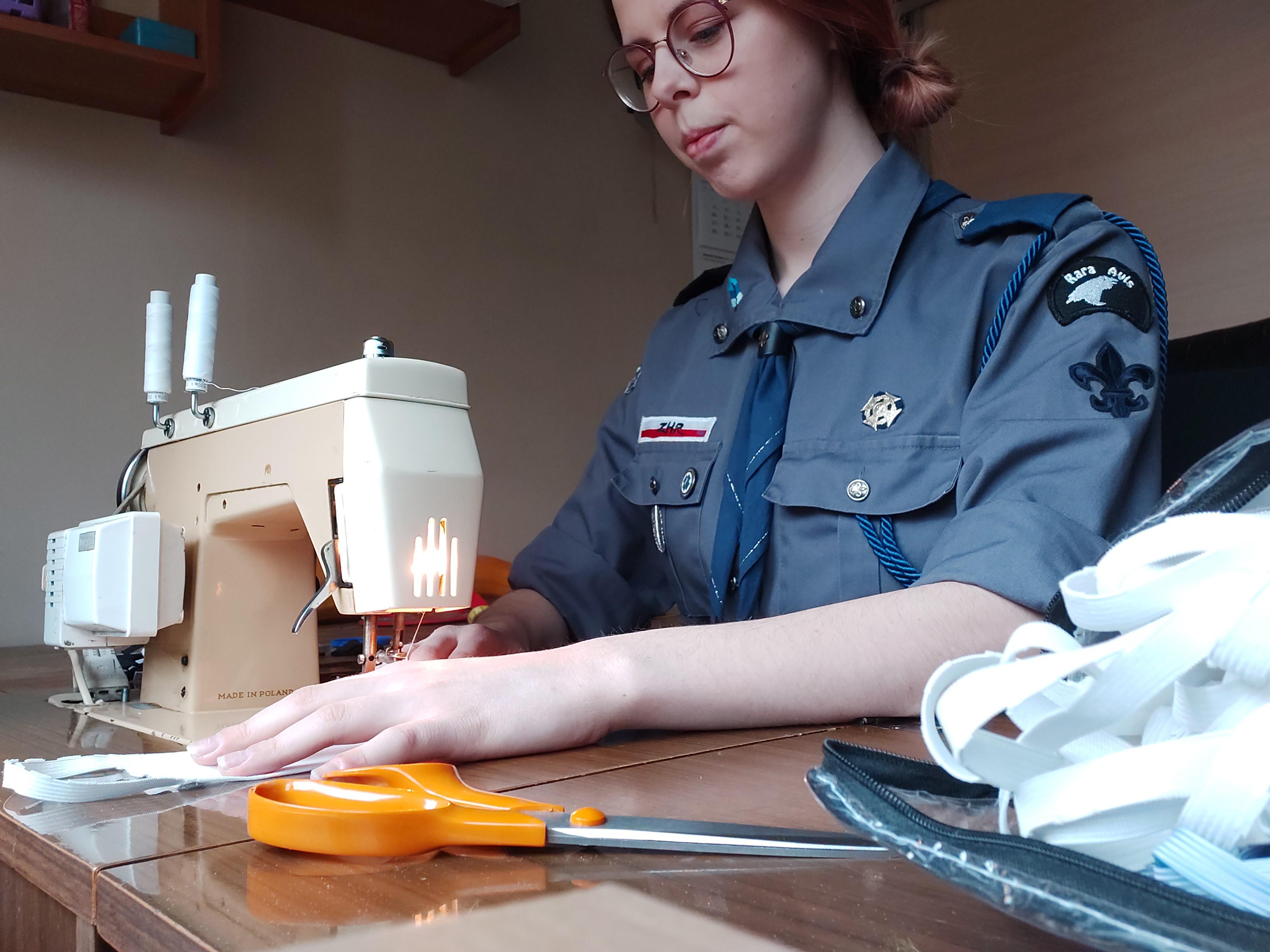Harcerka z Obwodu Gdyńskiego ZHR szyje maseczki. fot. archiwum ZHR