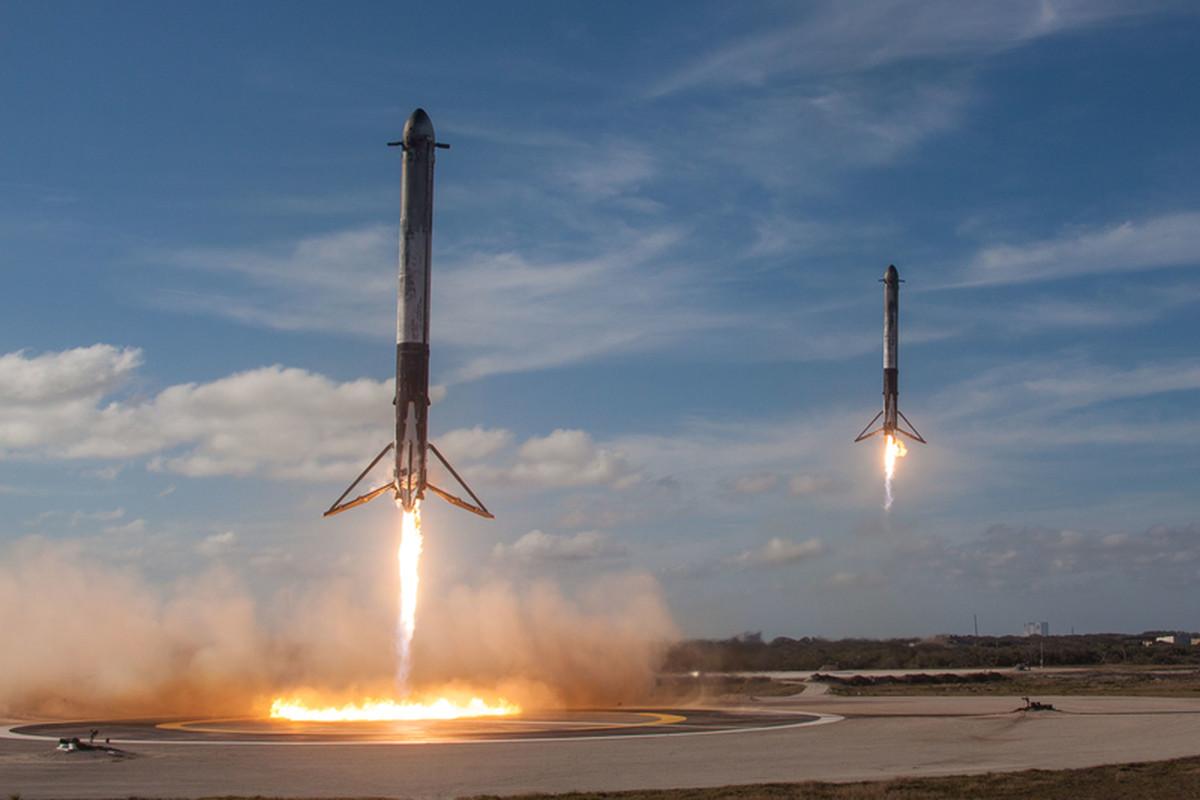 Dwa boostery pomocnicze w perfekcyjnej synchronizacji wylądowały na Przylądku Canaveral. Fot. SpaceX