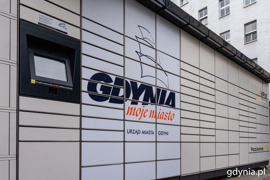 Paczkomat z logo Gdyni przy Urzędzie Miasta, przy parkingu na ul. Bema // fot. Magdalena Czernek