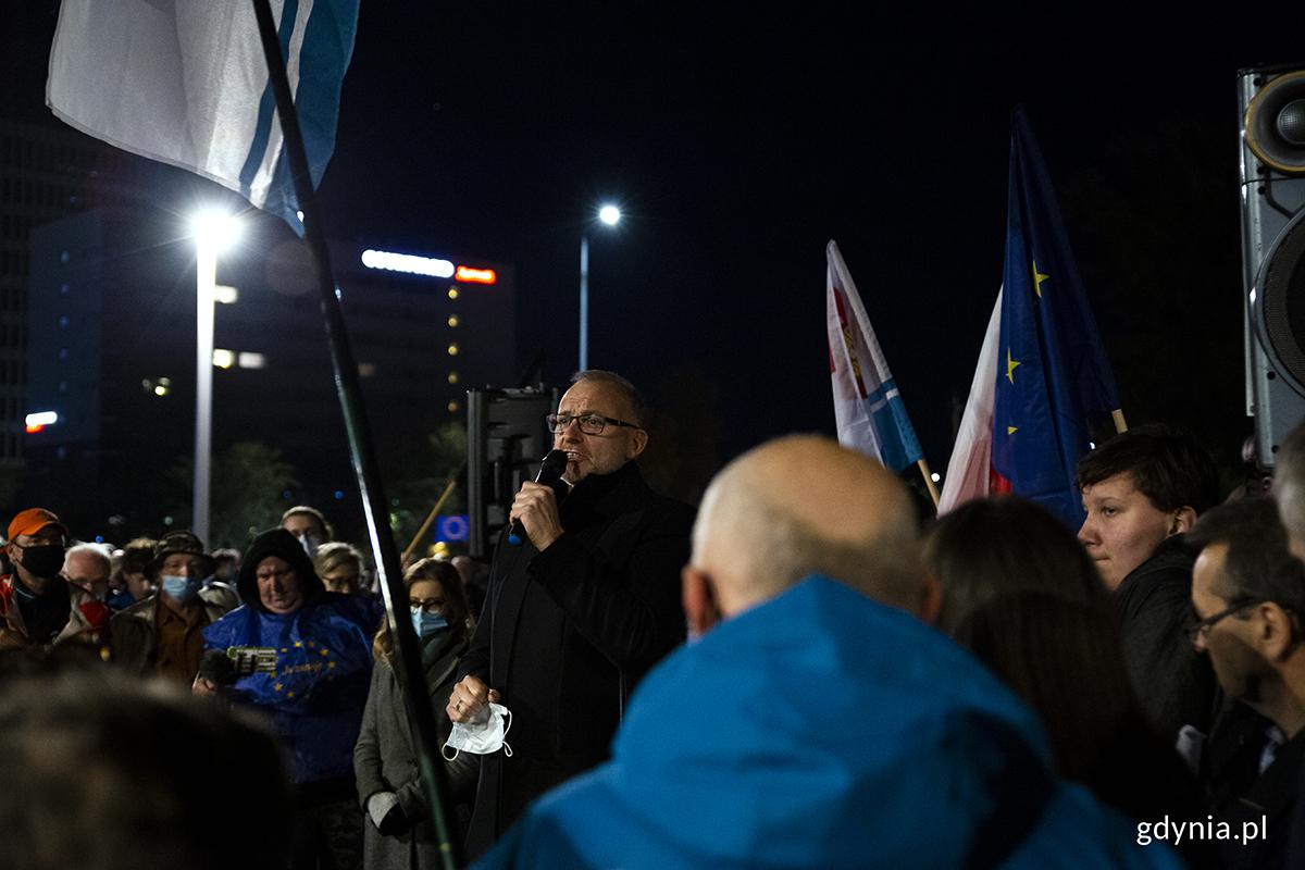 """Michał Guc, wiceprezydent gdyni ds. innowacji podczas wiecu """"Gdynia zostaje w Unii Europejskiej"""". Fot. Przemysław Kozłowski"""