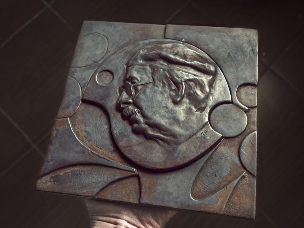 Jedną z ciekawszych propozycji w tym roku jest płaskorzeźba z wizerunkiem Karola Śliwki, fot. materiały prasowe