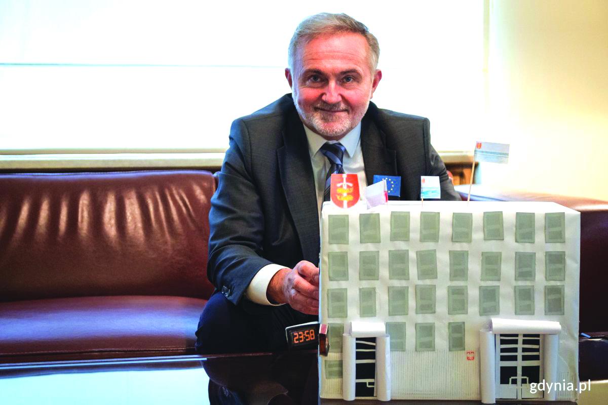 na zdjęciu prezydent Gdyni trzyma przed sobą papierową makietę Urzędu Miasta//fot. Sławek Okoń