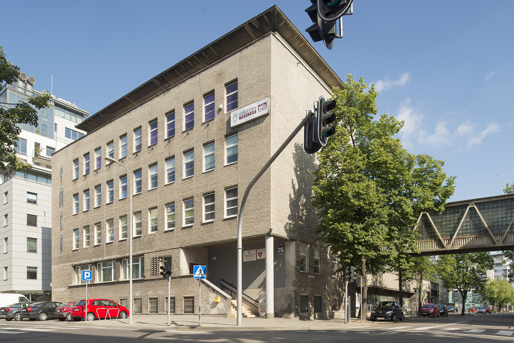 Na zdjęciu budynek YMCA przy ul. Żeromskiego 26. Elewacja jest wykończona szarymi cegłami cementowymi
