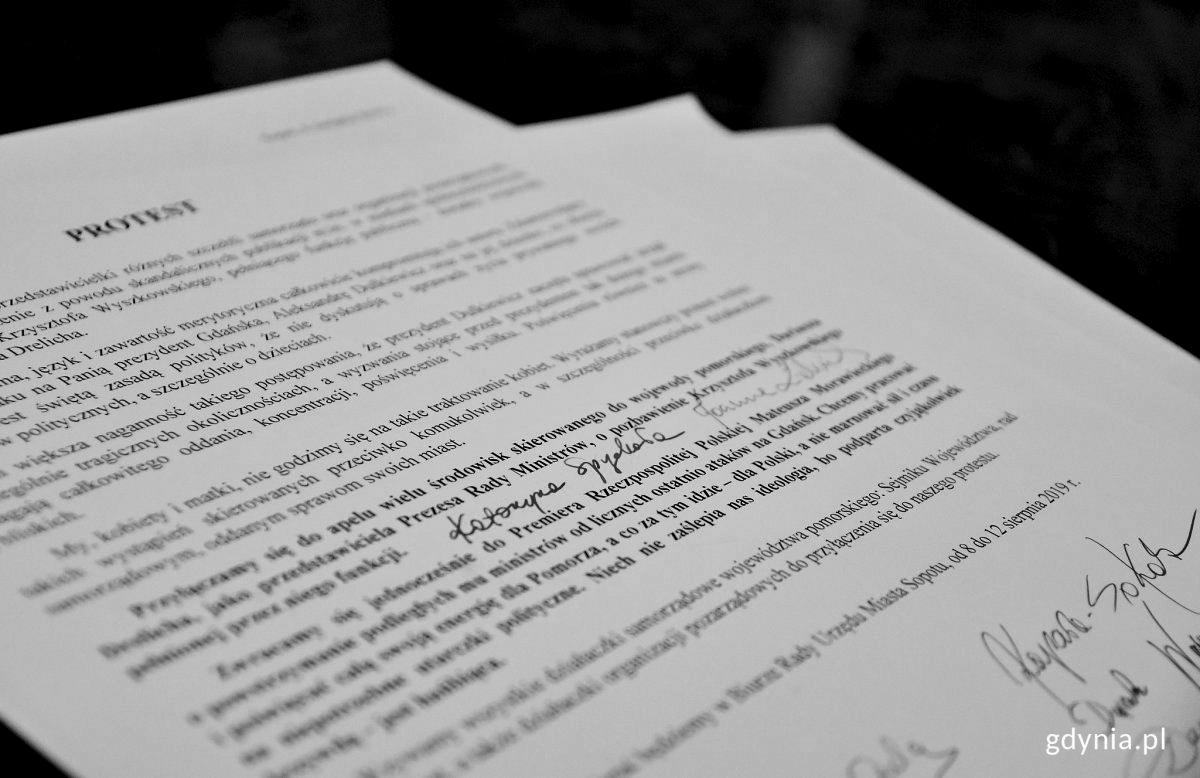 Podpisy przedstawicielek lokalnych samorządów i organizacji pozarządowych pod protestem