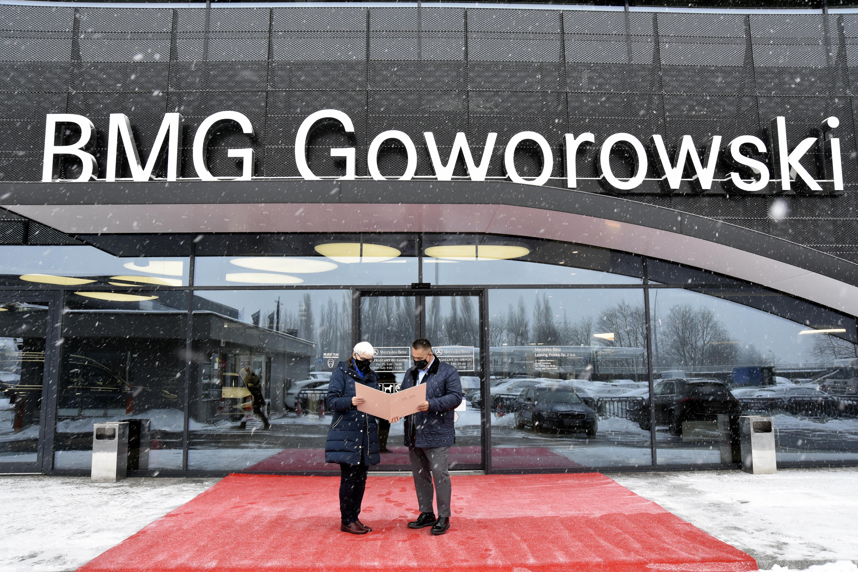 Bogdan Goworoski, prezes zarządu firmy BMG Goworowski odbiera wyróżnienie z rąk przewodniczącej Rady Miasta Gdyni - Joanny Zielińskiej // fot. materiały Rady Miasta Gdyni