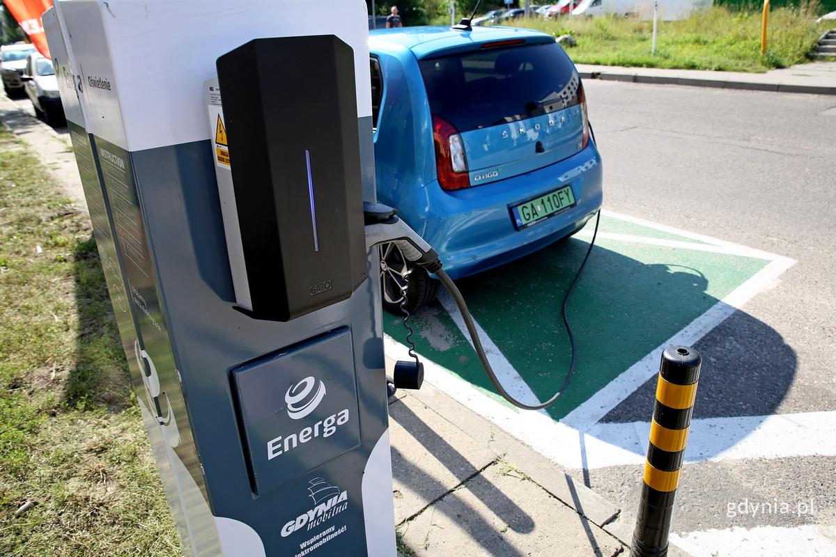 Ładowanie ze słupów oświetleniowych pozwoli używać aut elektrycznych także w dzielnicach, fot. Przemysław Kozłowski