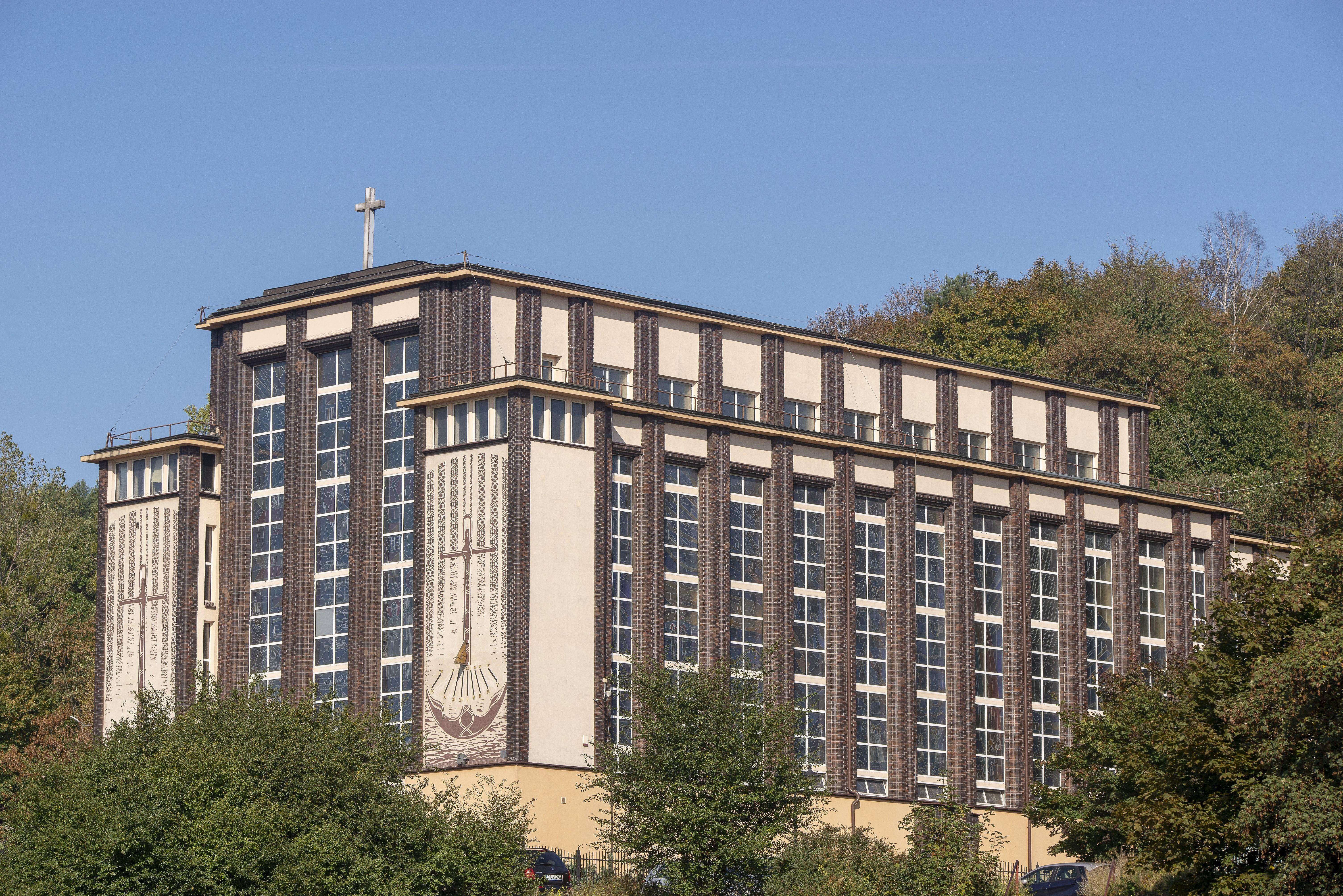 Kościół garnizonowy pw. Matki Boskiej Częstochowskiej przy ul. Śmidowicza 45a na Oksywiu.