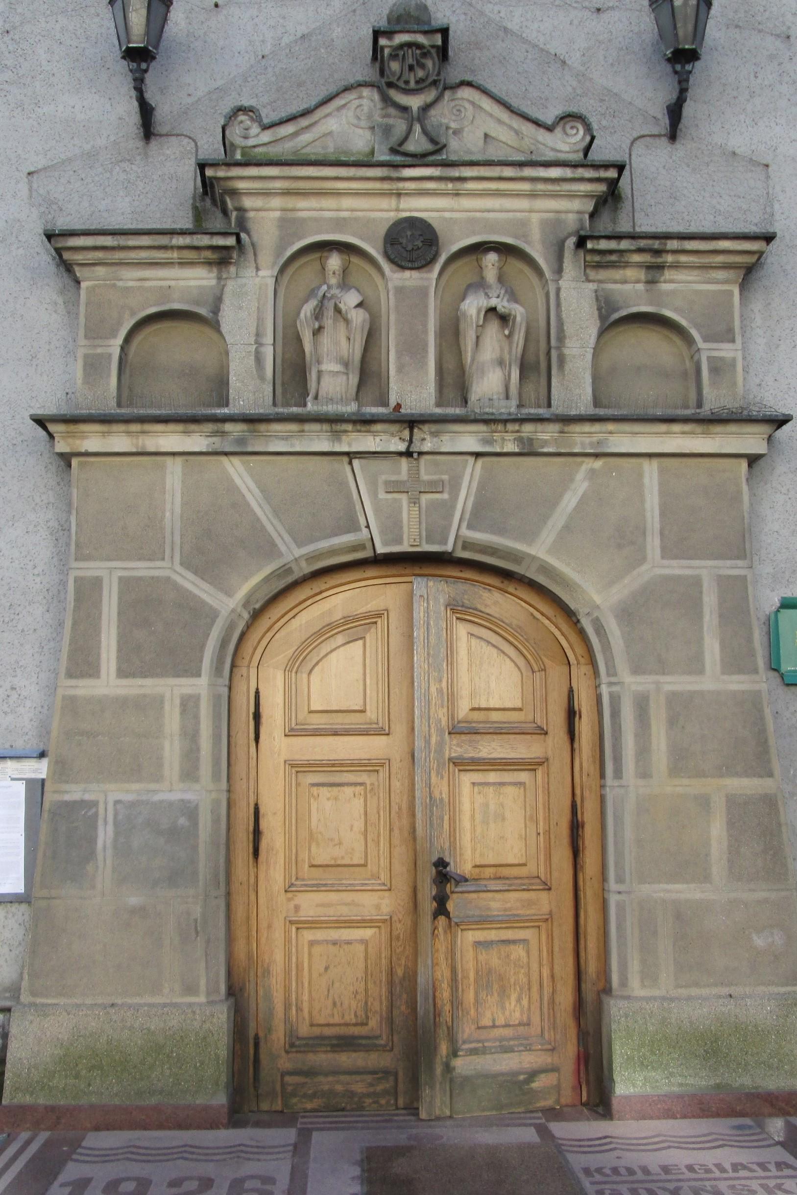 Portal kościoła NMP do ul. Świętojańskiej, wykończony szlachetnym tynkiem imitującym bloki kamienia