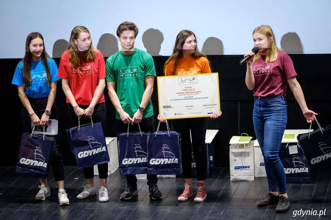 """Finaliści konkursu """"Junior Biznes"""" odebrali nagrody i wyróżnienia podczas Gali Finałowej w Gdyńskim Centrum Filmowym - drużyna VI LO w Gdyni, która wygrała kategorię Junior Biznes OPEN, fot. Dawid Linkowski"""