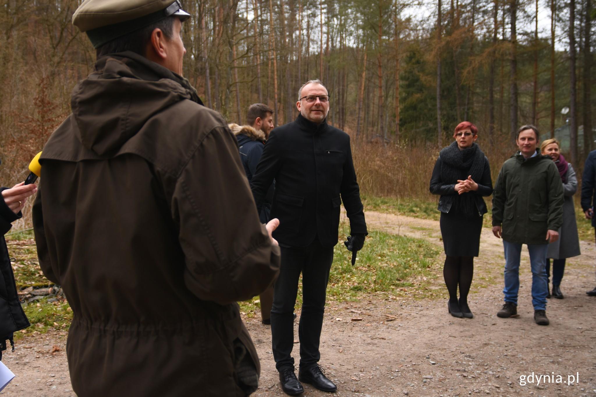 Po podpisaniu porozumienia leśnicy oprowadzili gości po ogrodzie, fot. Paweł Kukla.