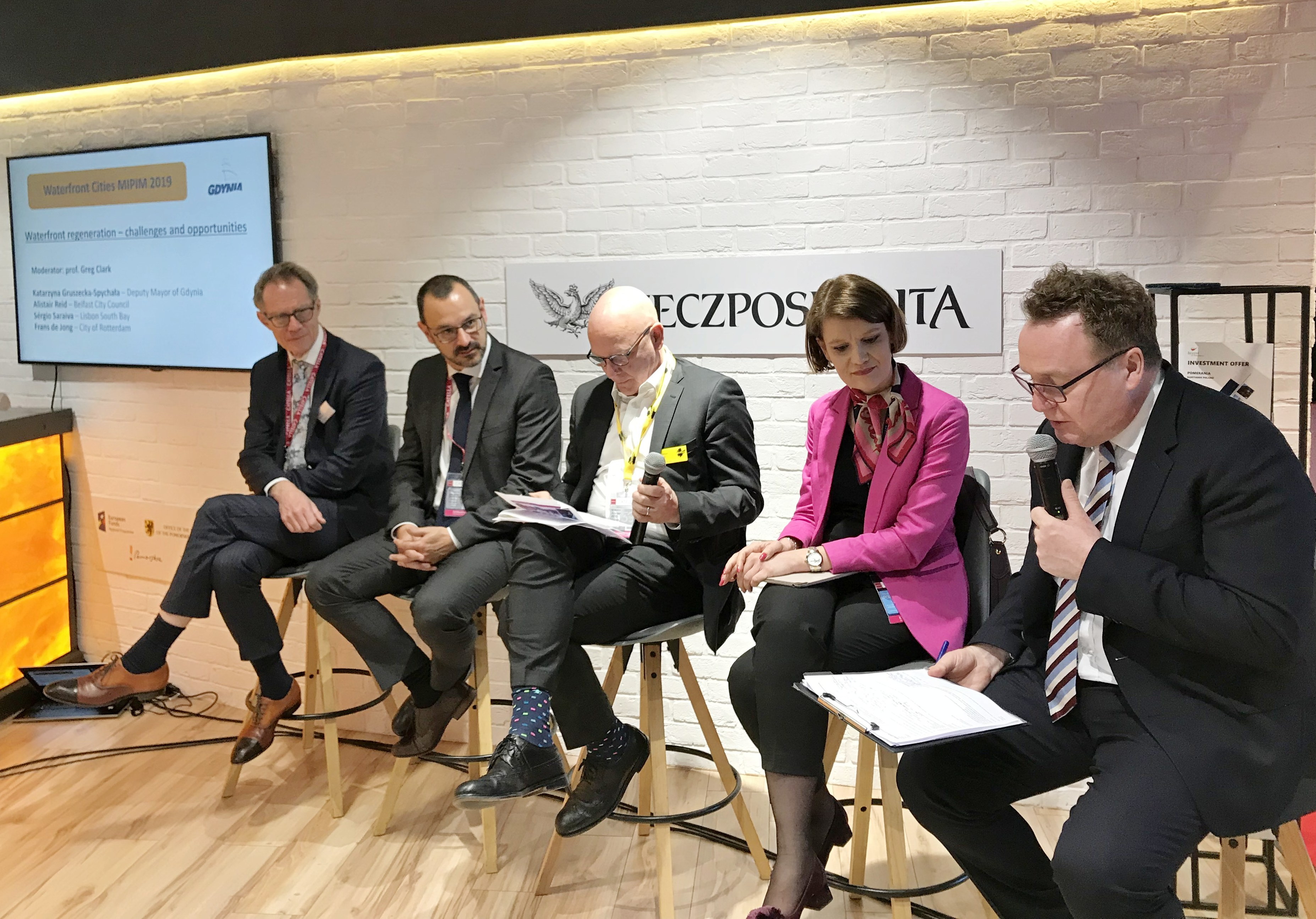 Panel dyskusyjny poświęcony waterfrontom, przemawia Katarzyna Gruszecka-Spychała, wiceprezydent Gdyni ds. gospodarki, fot. Maja Studzińska