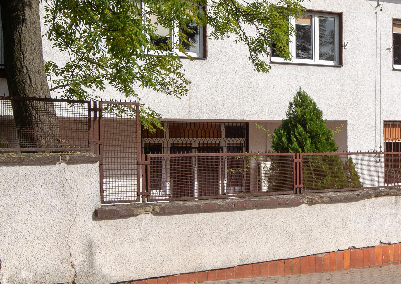Ogrodzenie z uskokami willi hr. Łosiowej na Kamiennej Górze z lat 30. XX w., murowane i otynkowane oraz uzupełnione przęsłami z metalowej siatki w ramach, tworzące pasmo podkreślające architekturę budynku.