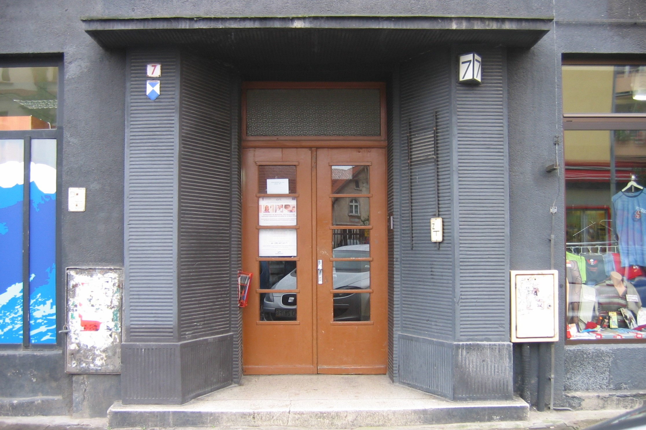 Portal kamienicy Hundsdorffa przy ul. Abrahama z lat 30. XX w., dekorowany tynkami szlachetnymi z wykutymi rowkami.